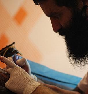 Tatuador André Fonseca, que criou varias estampas das camisas da chico rei