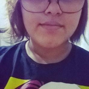 Roberta Gomes da  com a camiseta Camiseta Call Me