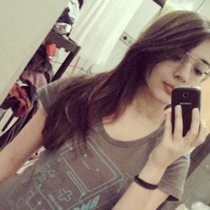 Poliana  com a camiseta Camiseta BMO