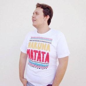 Renan  com a camiseta Camiseta Hakuna Matata