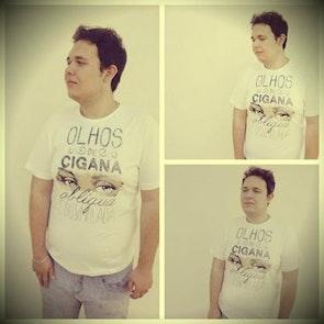Renan  com a camiseta Camiseta Capitu