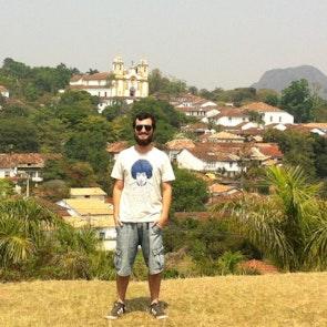 Jorge com a camiseta Camiseta Purple Haze