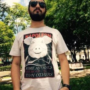 Jorge com a camiseta Camiseta Animal Farm