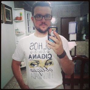 José francisco com a camiseta Camiseta Capitu
