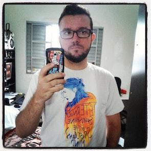 José francisco com a camiseta Camiseta Brilho Eterno