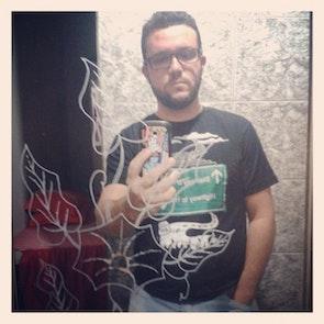 José francisco com a camiseta Camiseta Antiga Way to Rock