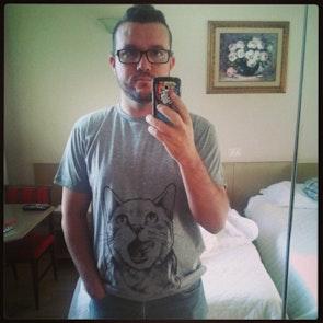 José francisco com a camiseta Camiseta Instinto Felino