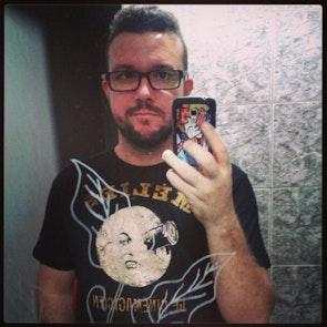 José francisco com a camiseta Camiseta Méliès