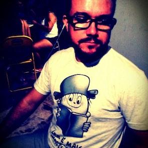 José francisco com a camiseta Camiseta Ode à Leitura