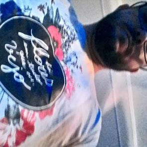 José francisco com a camiseta Camiseta Flores