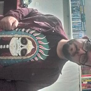 José francisco com a camiseta Camiseta Santa Muerte