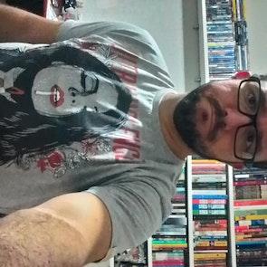 José francisco com a camiseta Camiseta Ultraviolence