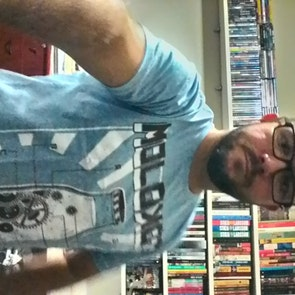 José francisco com a camiseta Camiseta Moloko