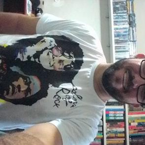 José francisco com a camiseta Camiseta Colors of Rock