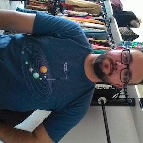 José francisco com a camiseta Camiseta Praticamente Inofensiva