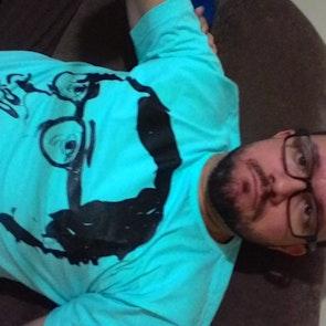 José francisco com a camiseta Camiseta Woody Allen