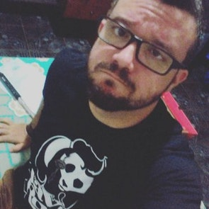 José francisco com a camiseta Camiseta Save the Rock