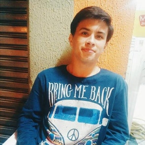 Matheus  com a camiseta Manga Longa Back To The Road