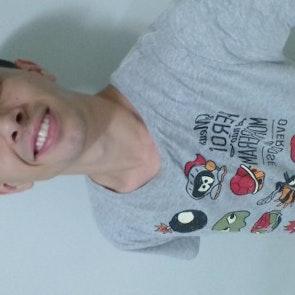 Matheus  com a camiseta Camiseta Pesadelo dos Gamers