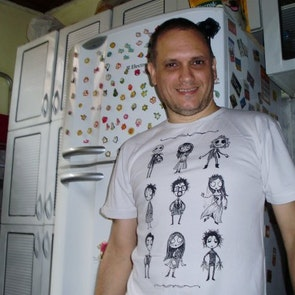 David  Alexandre  Serrano com a camiseta Camiseta O Estranho Mundo de Tim