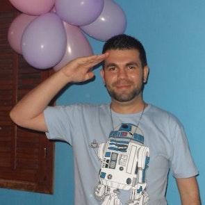 Philippe com a camiseta Camiseta Coffee Machine