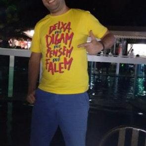Philippe com a camiseta Camiseta Deixa Isso pra lá