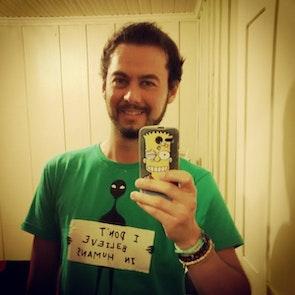 Airton José  com a camiseta Camiseta Humans