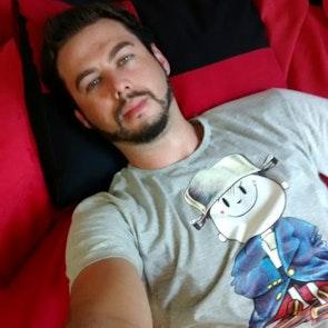 Airton José  com a camiseta Camiseta Menino Maluquinho