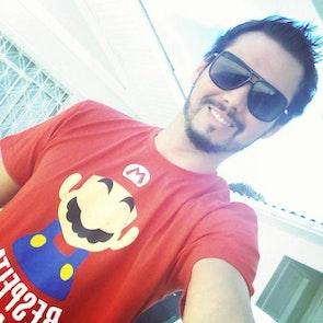 Airton José  com a camiseta Camiseta Bigode Grosso