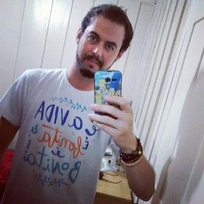 Airton José  com a camiseta Camiseta O Que é, o Que é?