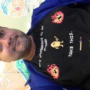 Carlos  com a camiseta Camiseta Adventure Time
