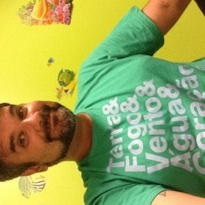 Carlos  com a camiseta Camiseta Capitão Planeta