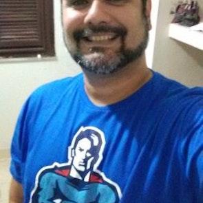 Carlos  com a camiseta Camiseta Heroes