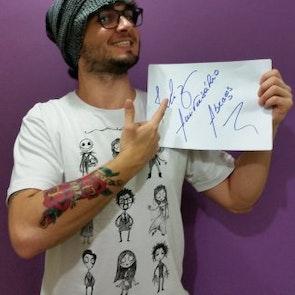 Diogo com a camiseta Camiseta O Estranho Mundo de Tim