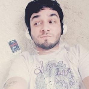 Diogo com a camiseta Camiseta Let Me Live That Fantasy