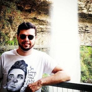 Thiago com a camiseta Camiseta Morrissey