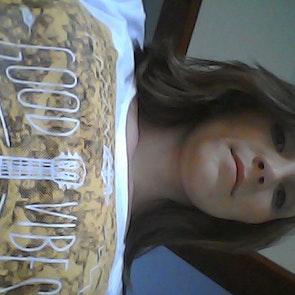 Marciana com a camiseta Camiseta Good Vibes
