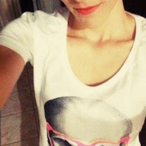 Marciana com a camiseta Camiseta Skull