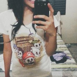 Mariele com a camiseta Camiseta Tesouro dos Games