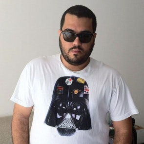 Roberto victor com a camiseta Camiseta Darth Vader