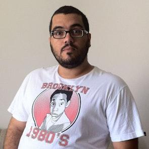 Roberto victor com a camiseta Camiseta Todo Mundo Adora o Chris