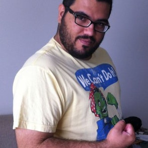 Roberto victor com a camiseta Camiseta We Can't Do It