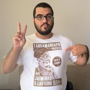 Roberto victor com a camiseta Camiseta Jaiminho