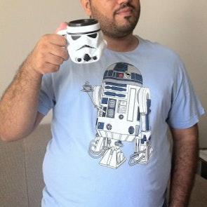 Roberto victor com a camiseta Camiseta Coffee Machine
