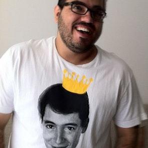 Roberto victor com a camiseta Camiseta Save Ferris