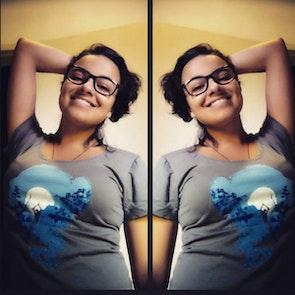 Brenda com a camiseta Camiseta Shanti