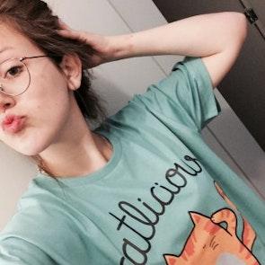 Isabel com a camiseta Camiseta Catlicious