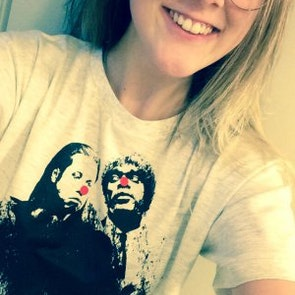 Isabel com a camiseta Camiseta Tempo de Violência