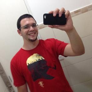 Bruno com a camiseta Camiseta Tolkien