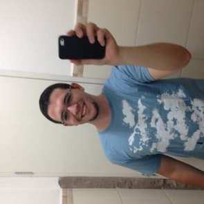 Bruno com a camiseta Camiseta O Show de Truman